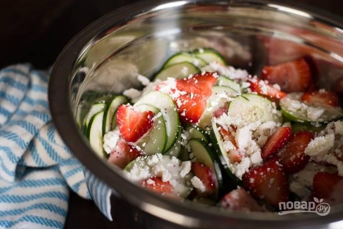 2. Соедините все в глубоком салатнике, добавьте фету и перемешайте. Для приготовления заправки соедините йогурт, горчицу, уксус, масло, сок лимона, мед и мак. Добавьте щепотку соли по вкусу, немного сушеного чеснока и лука, если есть под рукой.