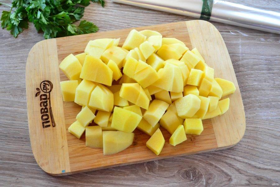 Картофель порежьте на небольшие кусочки, чуть крупнее, чем на суп.