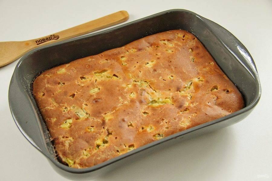 Заливной пирог с картошкой на кефире готов. Остудите его в форме, затем нарежьте на порции и подавайте к столу. Вкусно как в теплом, так и в остывшем виде.