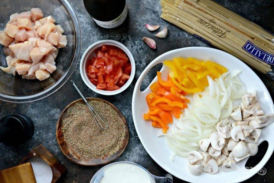 1. Для начала нарежьте кубиками курицу и помидоры. Соломкой нашинкуйте перец и лук, а грибы - слайсами.