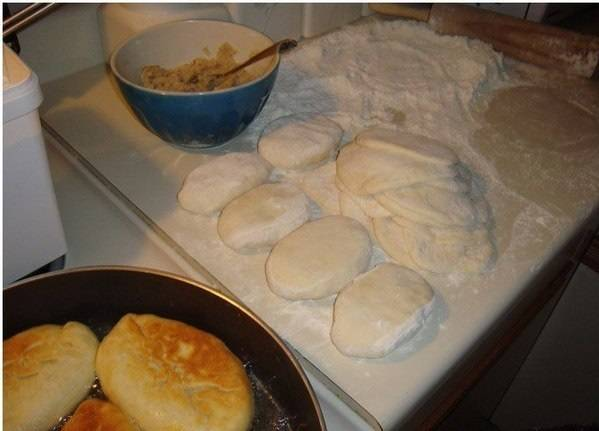 Пирожки обжарьте на растительном масле с двух сторон.