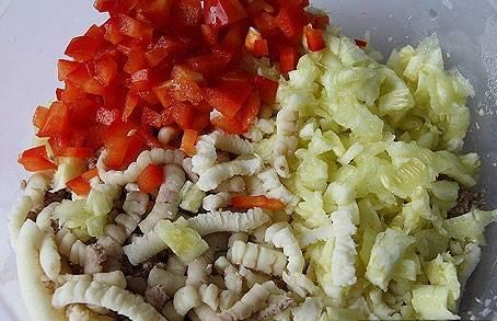 Перец нарежьте мелкими кубиками, затем перемешайте с фаршем, сыром и мякотью кабачка. По желанию, добавьте соус.