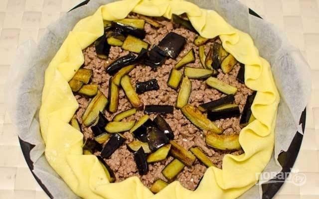 5.И, наконец, выложите обжаренные баклажаны и оформите бортики пирога.