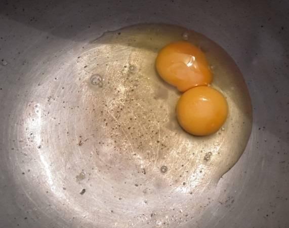 1. Для теста вбейте в глубокую мисочку яйца.