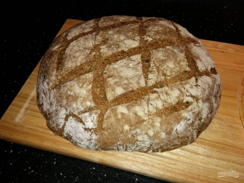 8. Затем дайте ему отдохнуть на решетке и уже после нарезайте и кушайте. Вот и все, наш заварной бездрожжевой хлеб готов!