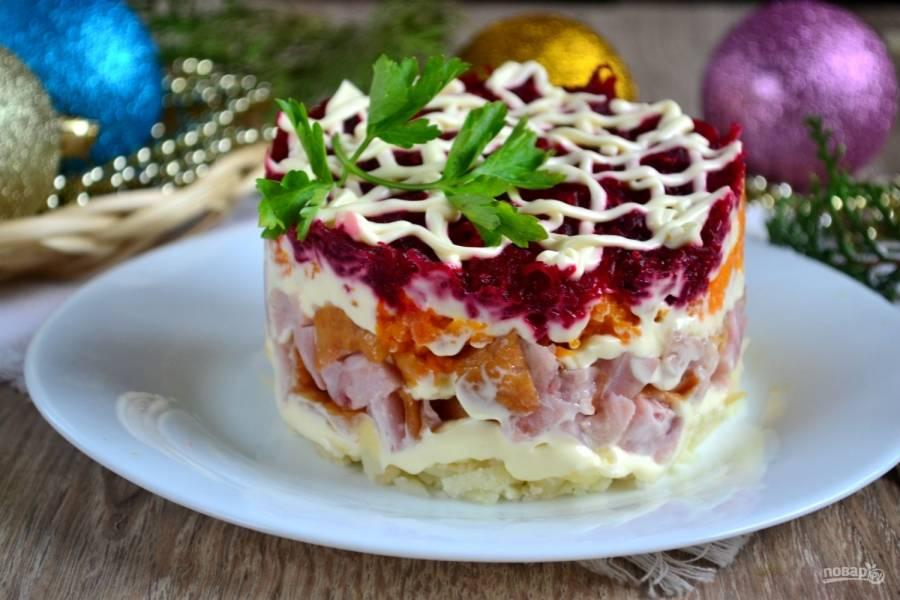 Вот такой красивый праздничный салат у нас получился. Смело подавайте его к вашему новогоднему столу и радуйте ваших близких вкусным и необычным салатиком.
