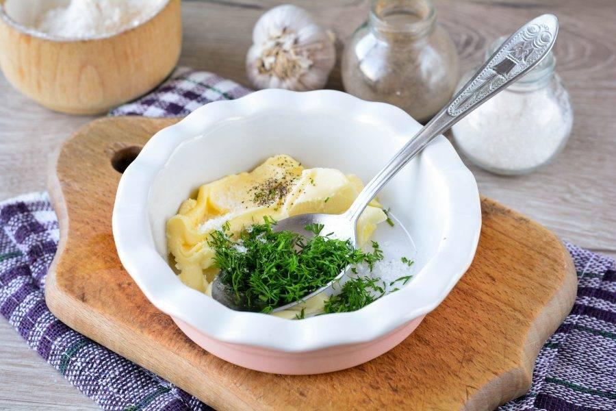 Пока запекается картошка, приготовьте ароматную начинку для картофеля. Смешайте мягкое сливочное масло комнатной температуры с мелко рубленным укропом, всыпьте туда же по вкусу соль и перец. Учитывайте тот факт, что картошка не соленая, поэтому масло хорошо посолите.