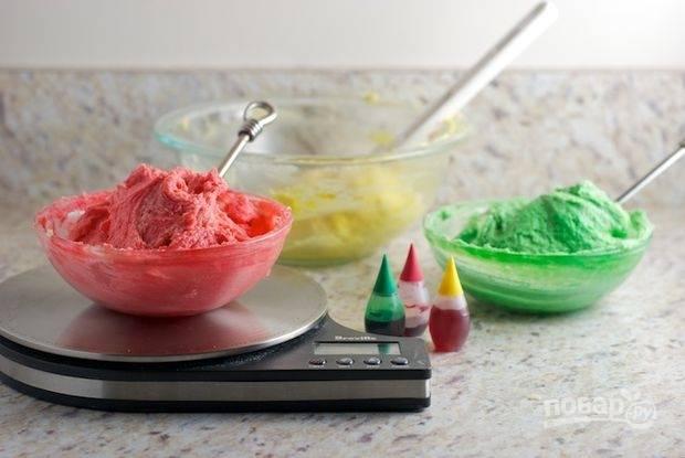 Разделите тесто на три части. В каждую часть добавьте краситель. У меня жидкий, вышло примерно по 25 капель.
