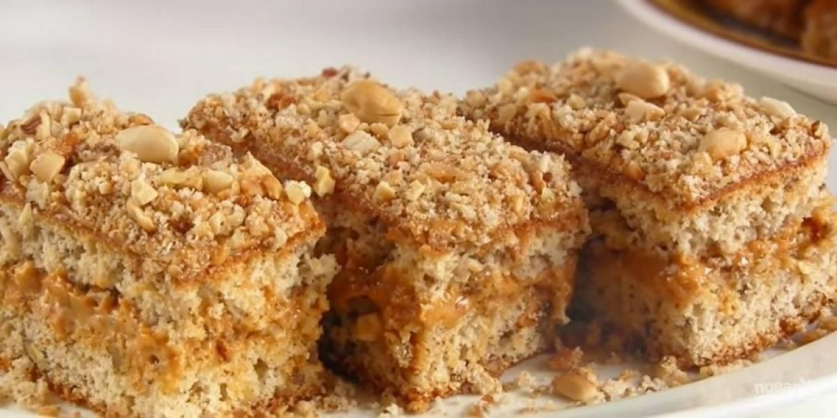 6. Верх и бока коржей смажьте кремом, посыпьте крошкой и оставшейся половиной орехов для украшения. Разрежьте пирожные на порционные кусочки и отправьте в холодильник на 2-3 часа. Приятного аппетита!