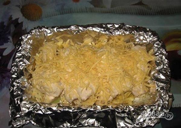 Сверху натрите сыр. Закройте блюдо фольгой.
