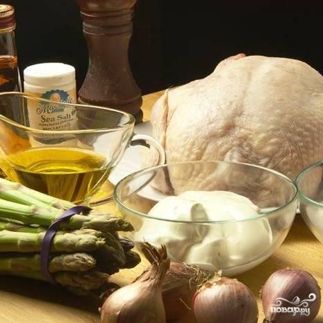 Начнем, разумеется, с подготовки ингредиентов. Курицу промоем и обсушим. Спаржу почистим и нарежем на кусочки длиной приблизительно в 2-3 см. Зелень тархуна измельчим, лук - мелко нарежем. Ну-с, можно приступить!