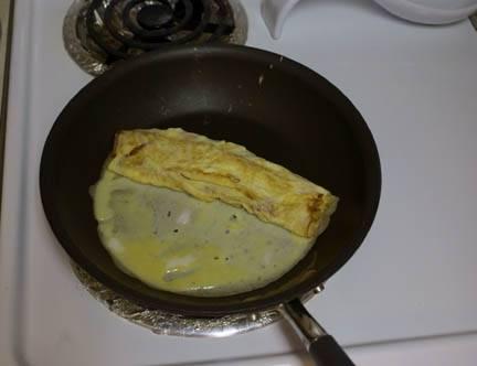 Повторите шаги со сворачиванием пока у вас не закончится яичная смесь.