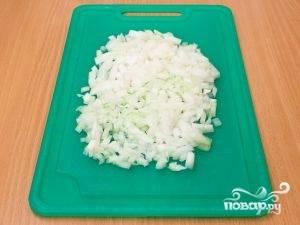 Почистить лук и мелко нарезать его.