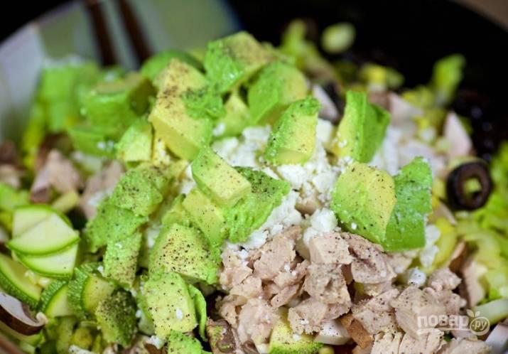 8.Добавляю в салат фету, которую раскрошил руками, и нарезанную мякоть авокадо, по вкусу солю и перчу.