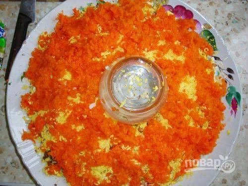 11. Отварную морковь натрите на мелкой терке, выложите поверх яичного желтка.