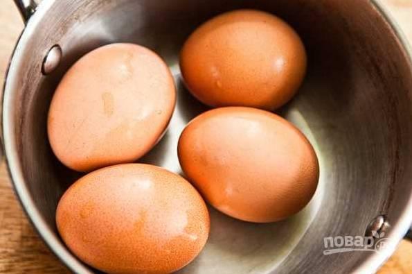 1. Первым делом поставьте варить яйца вкрутую.