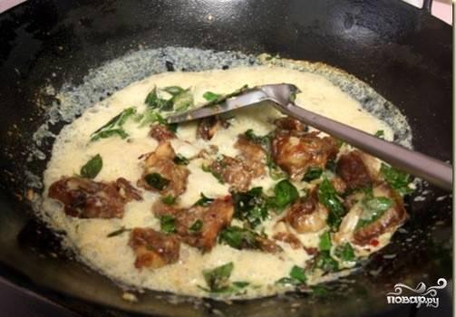 3. Заливаем все содержимое сковороды молоком, на маленьком огне тушим до готовности. Специи добавляем по вкусу.