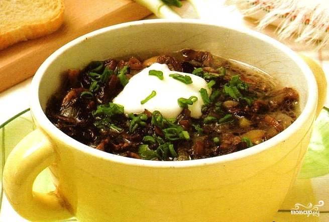 В кастрюлю с кипящим грибным бульоном выложить обжаренные грибы с луком и морковью. Поперчить. Варить под крышкой минут 10. Перед саамым окончанием приготовления добавить отваренный рис. Лавровый лист вынуть. Перемешать. Вот и все - пусть суп немножко отдохнет под крышкой, а вы в это время нарежьте хлеб, измельчите свежую зелень и достаньте из холодильника сметану;). Приятного аппетита!