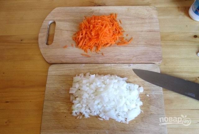 3. Лук с морковью очистите и измельчите. Морковь можно нарезать или натереть на терке.