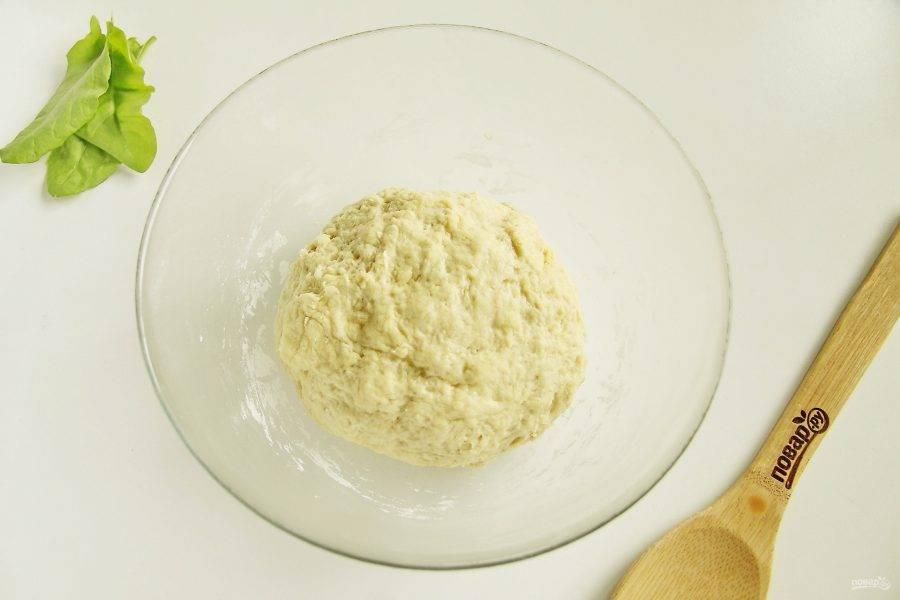 Добавьте 1/3 стакана сахара, разрыхлитель и оставшуюся муку. Замесите мягкое тесто, которое не пристает к рукам. Раскатывать его нам не потребуется, поэтому не обязательно делать его слишком плотным.
