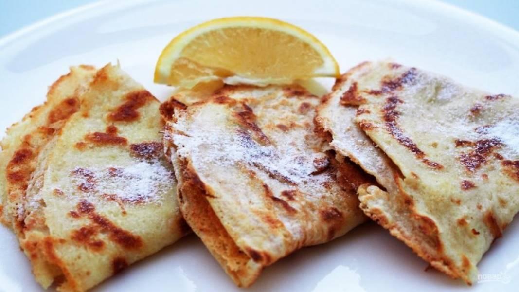 6.Выложите блины на тарелку и сложите их конвертиком, подавайте украсив сахарной пудрой.