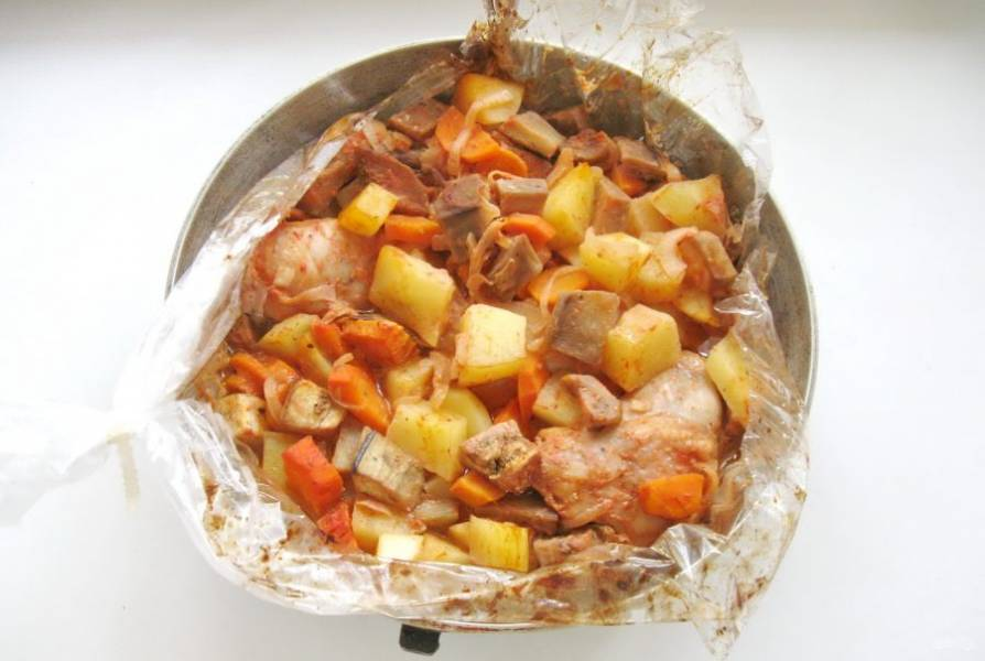 Запекайте рагу с курицей и овощами в духовке, разогретой до 185-190 градусов, 55-60 минут до готовности всех ингредиентов.