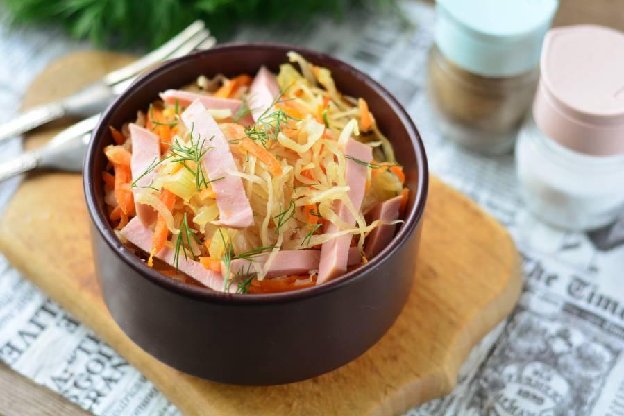 Салат с квашеной капустой и колбасой