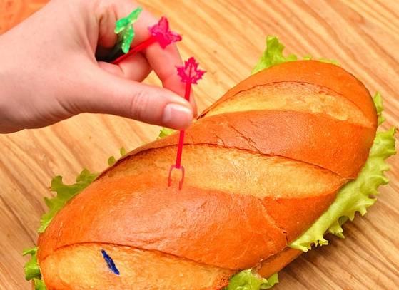 Скрепите батон шпажками по количеству едаков.