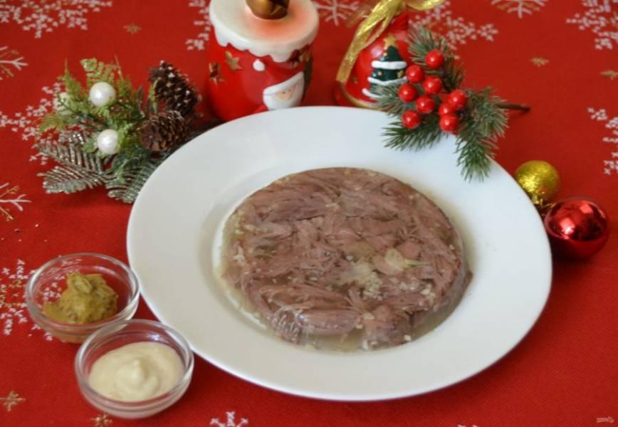 Через несколько часов холодец стабилизировался, застыл, его можно подавать к столу. Чтобы холодец хорошо извлечь из формы, можно на минутку опустить дно тарелки в теплую воду. Подавайте холодец с хреном или горчицей, это очень вкусное праздничное блюдо. Рекомендую приготовить. Всех поздравляю с наступающими новогодними и рождественскими праздниками!
