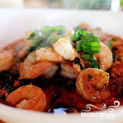 9. Разлить суп по большим мискам и выложить креветки сверху.  Посыпать тертым сыром Пармезан и сразу же подавать.