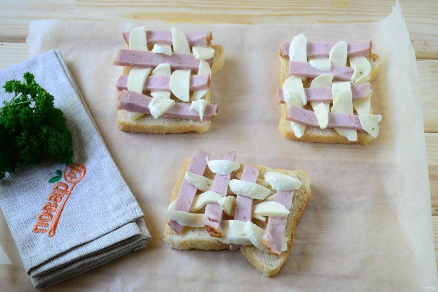 Переложите бутерброды на противень, застеленный пергаментом, и отправьте в духовку на 10-15 минут (температура 180 градусов).