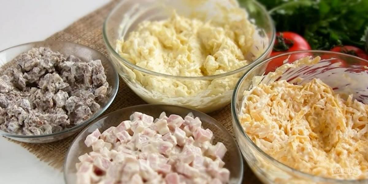 1. Отварную говядину и ветчину нарежьте крупными кубиками. Твердый сыр и отварные яйца натрите на крупной терке. К говядине, сыру, ветчине и яйцам добавьте майонез, по чайной ложке сметаны и перемешайте.