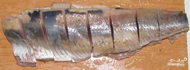 Полученное филе порежьте кусочками и сложите в миску.