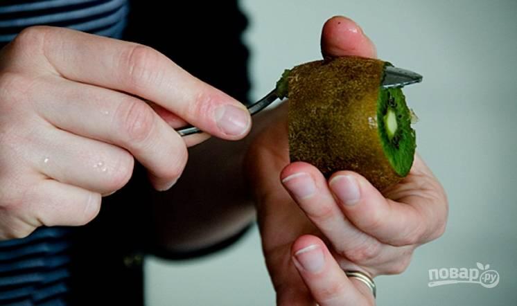 2.Возьмите спелый киви, срежьте верхушку и низ, проденьте ложку между кожурой и мякотью, затем пройдитесь ней по кругу и отделите кожуру. Можно просто срезать ножом.