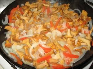 4. Добавляем морковь и болгарский перец. Жарим грибы, постоянно помешивая. Соль и специи добавляем по вкусу.