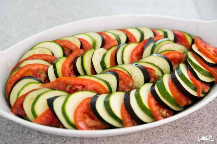 Измельченный чеснок можете посыпать поверх верхнего слоя кабачков и баклажанов, или поверх первого (перца с луком).  Выложите овощи как показано на фото.