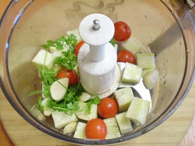 Оставшийся кабачок, помидоры, зелень и чеснок измельчаем в комбайне. Можно влить немного воды. Это будет соус для пасты.