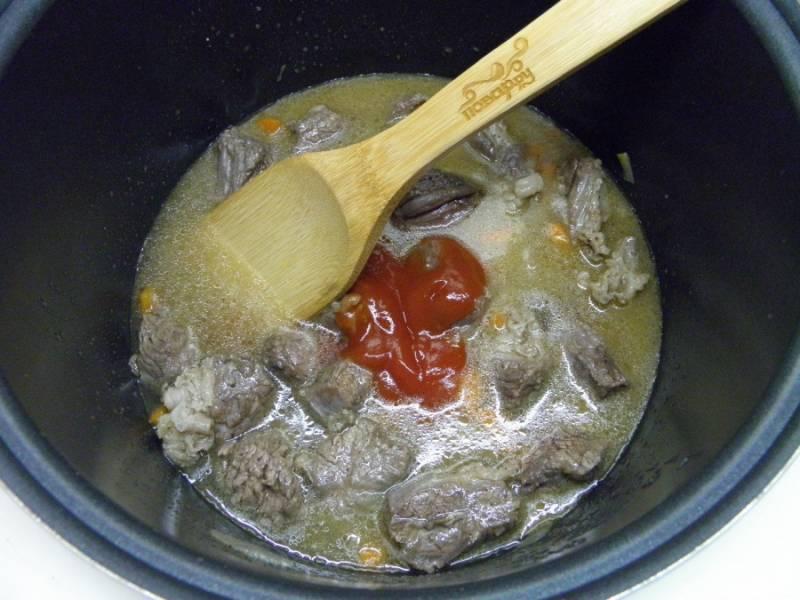 """Когда мясо поменяет цвет на более светлый, влейте полтора стакана кипятка, добавьте томатный соус или пасту и перейдите в режим тушения или """"Cуп"""" на 1 час."""