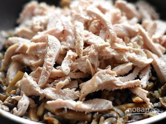 Куриную грудку нарезаем и добавляем к грибам с луком. Перемешиваем и через пару минут убираем с огня.