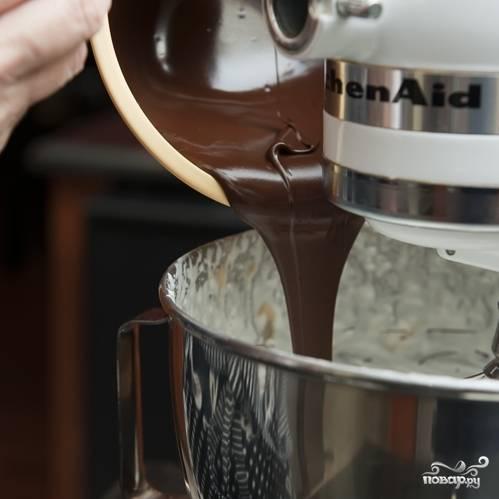 4. Постепенно, взбивая, вводите в сливки остывшую шоколадную массу.