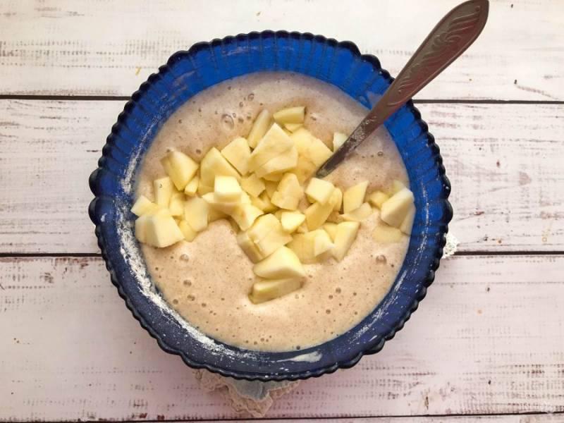 Яблоки очистите от шкурки, удалите сердцевину, нарежьте небольшими кусочками, добавьте в тесто и хорошо перемешайте. Выложите подготовленное тесто в форму для выпекания и отправьте в предварительно разогретую духовку до 180 градусов на 30 минут.