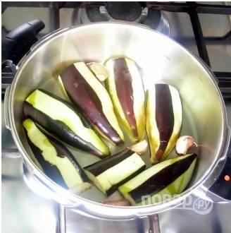 Баклажаны помойте, срежьте плодоножки.