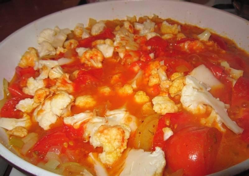 3. Обжариваем помидоры на растительном масле, предварительно нарезав их крупно (на 4-6 частей).