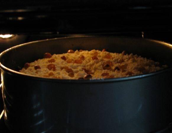 Запекаем пирог в духовке 40 минут, температура 180 градусов.