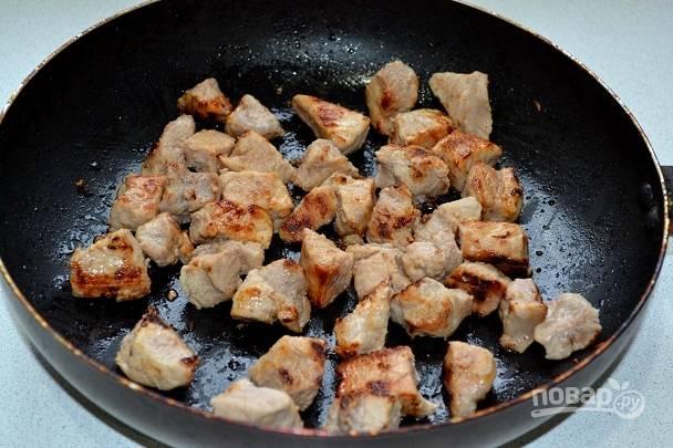4. На сильном огне нужно обжарить свинину до образования корочки.