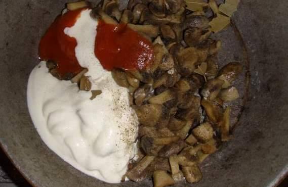 Добавляем к грибам сметану, томатную пасту, перчим и перемешиваем готовим пару минут.