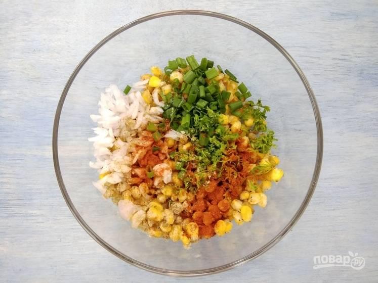 4. Добавьте в кукурузу измельченный укроп, петрушку, лук и перемешайте смесь.