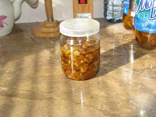 4. Готовый лук перекладываем в подготовленные стерильные банки, заливаем маслом до верху и закрываем на зиму стерильными крышками. Готово!