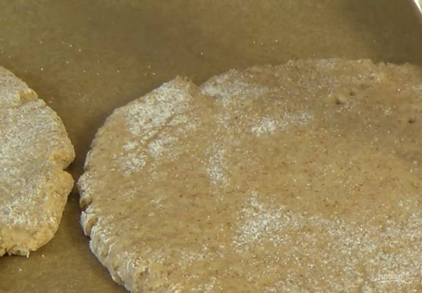 3. Каждую часть раскатайте в лепешку толщиной 1 см. Выложите лепешки на застеленный пергаментной бумагой противень и наколите их вилкой.
