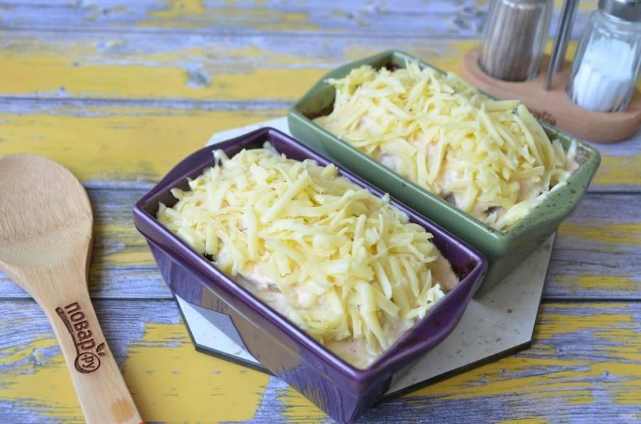 11. Через 20 минут достаньте из духовки буханочки, щедро полейте соусом, положите сверху тертый сыр и отправьте в духовку еще на 20 минут.